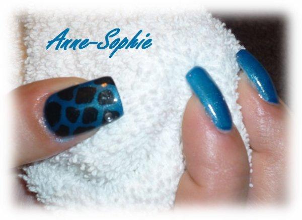 ongles plein bleu d co 39 girafe 39 et strass blog de. Black Bedroom Furniture Sets. Home Design Ideas